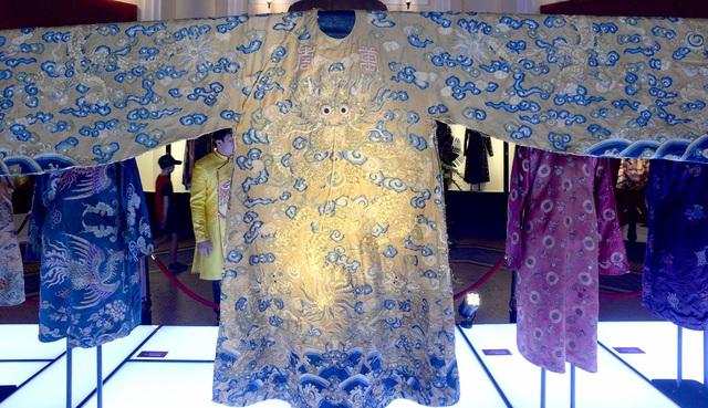 Bộ trang phục được xác định là Hoàng bào của vua Đồng Khánh nổi bật với các họa tiết tinh xảo.