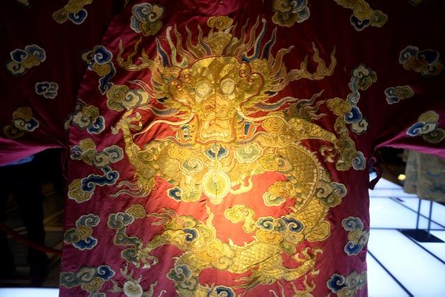Trên mỗi bộ trang phục đều thêu hình rồng là biểu tượng thể hiện cho sức mạnh củahoàng gia.