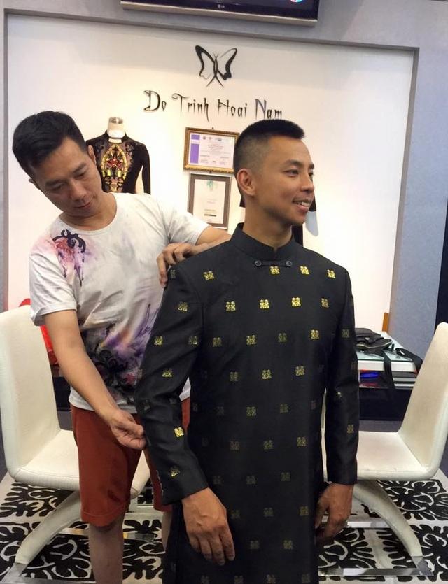 Chú rể Chí Anh háo hức được NTK Đỗ Trịnh Hoài Nam thiết kế riêng cho một bộ áo dài cách tân để đi hỏi vợ. Ảnh: ĐTHN.