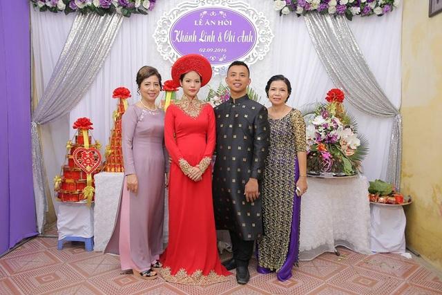 Cô dâu chú rể bên 2 bà mẹ.