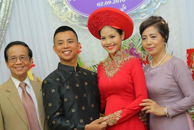 Cô dâu Khánh Linh bên chồng sắp cưới và bố mẹ chồng.
