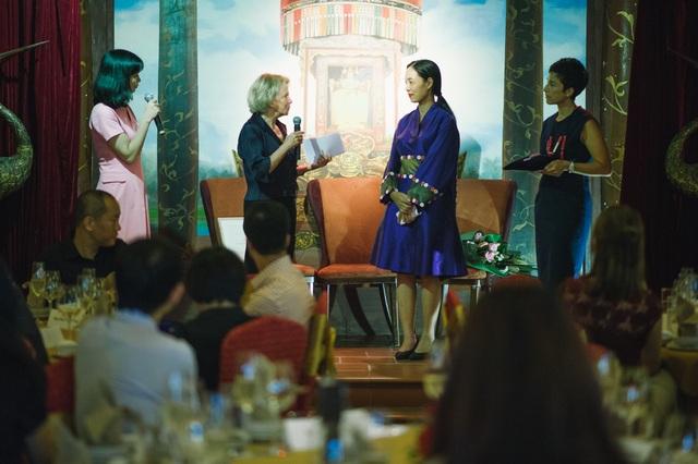 Bà Frédérique Bredin – Chủ tịch cơ quan quốc gia về điện ảnh và hoạt hình Pháp CNC phát biểu trước khi trao Huân chương cho đạo diễn họ Nguyễn.