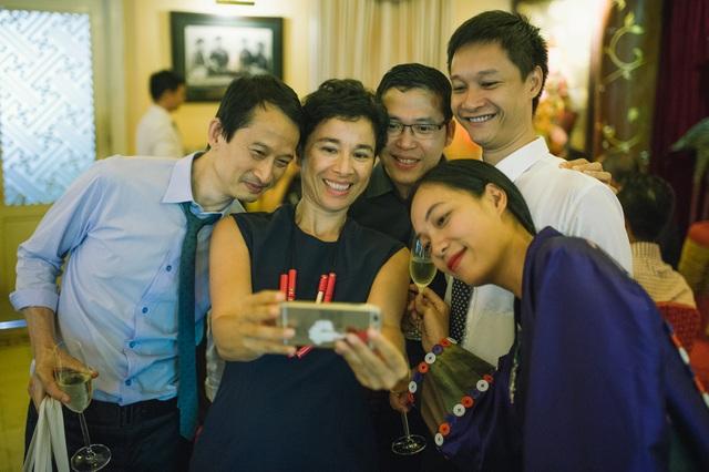 Đạo diễn Trần Anh Hùng, bà Eva Nguyễn Bình – Tham tán Văn hóa đại sứ quán Pháp tại Việt Nam và những người bạn chúc mừng Nguyễn Hoàng Điệp.