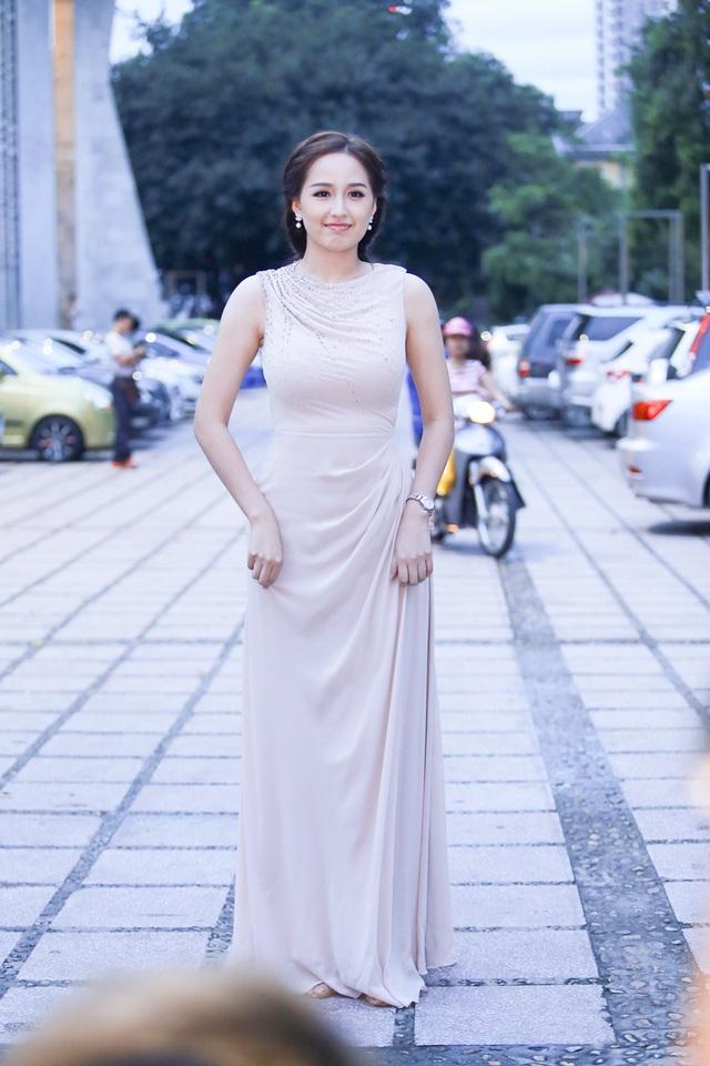 Mai Phương Thuý cũng bay từ TP.HCM ra Hà Nội để dự đám cưới Chí Anh. Cô diện một chiếc váy màu nude khá đơn giản.