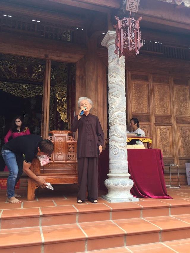 NSƯT Út Bạch Lan dù tuổi cao sức yếu vẫn về lễ tổ và dâng văn cúng tổ.