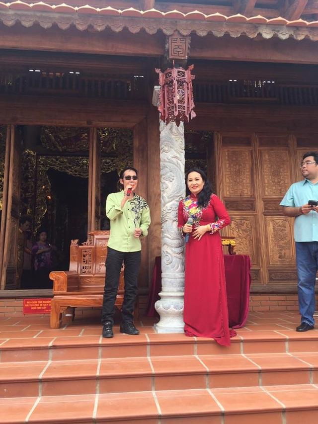 Nghệ sĩ cải lương Vũ Linh và Thanh Hằng dâng văn cúng tổ cũng như phục vụ khán giả. Ảnh: Gia Bảo.