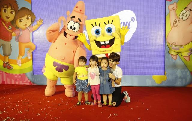 Fan nhí thích thú trước hai nhân vật hoạt hình SpongeBob và Patrick - 2