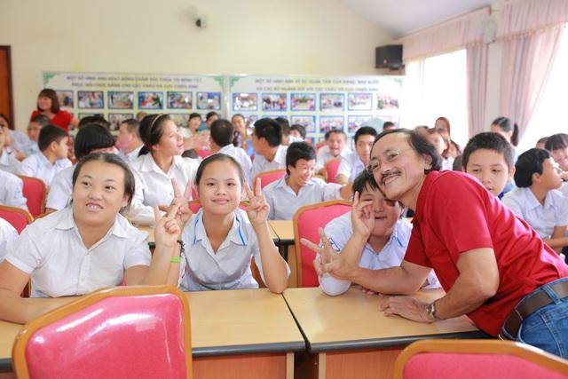 """Quang Tèo, Giang Còi """"bỗng dưng"""" đi phát quà với Huyền My - 2"""