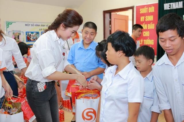 """Quang Tèo, Giang Còi """"bỗng dưng"""" đi phát quà với Huyền My - 9"""