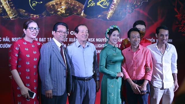 Từ trái qua: đạo diễn Việt Thanh, NSND Trần Nhượng, nhà thơ Hữu Thỉnh, vợ chồng NSƯT Việt Hoàn, đạo diễn Đạt Tăng và ca sĩ Minh Quân.