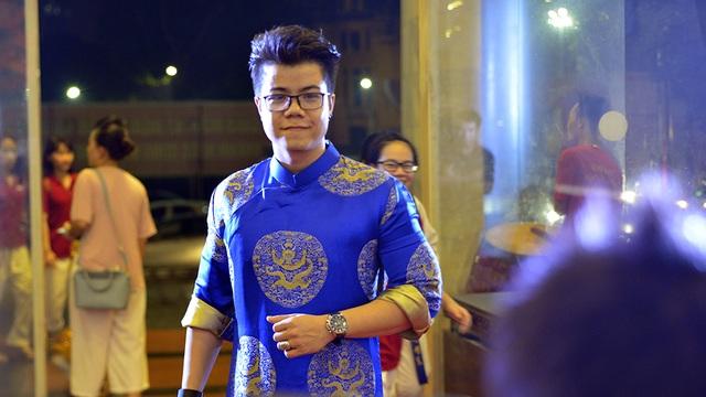 Ca sĩ Đinh Mạnh Ninh diện áo dài truyền thống.