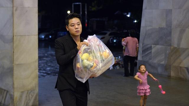 Ca sĩ trẻ Dương Trần Nghĩa khệ nệ bê lễ vật đến dâng Tổ.