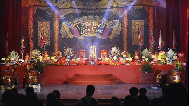 Sân khấu giỗ Tổ nghiệp được bài trí trang trọng và ấm cúng.