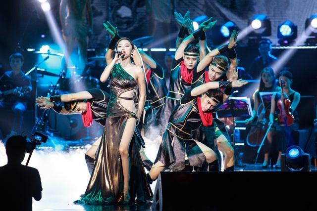 Tóc Tiên nóng bỏng mở màn chương trình tối qua.