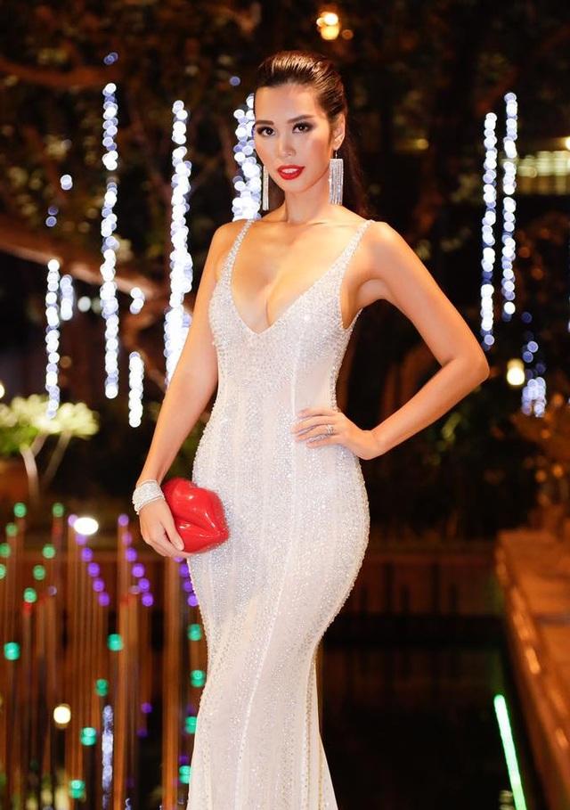 Trước đó, vào ngày 20/9 vừa qua, siêu mẫu 8x chính thức cho biết, cô vừa được BTC mời quay trở lại vai trò giám khảo đêm chung kết Miss Global tổ chức tại Manila, Philippines.