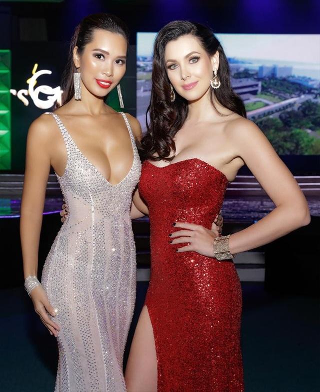 Siêu mẫu Hà Anh gợi cảm ngang Hoa hậu Hoàn vũ 2005 Natalie Glebova - 1