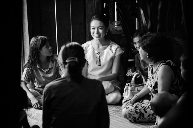 Ngọc Vân phấn khởi khi được gặp lại những người dân ở Tây Nguyên.