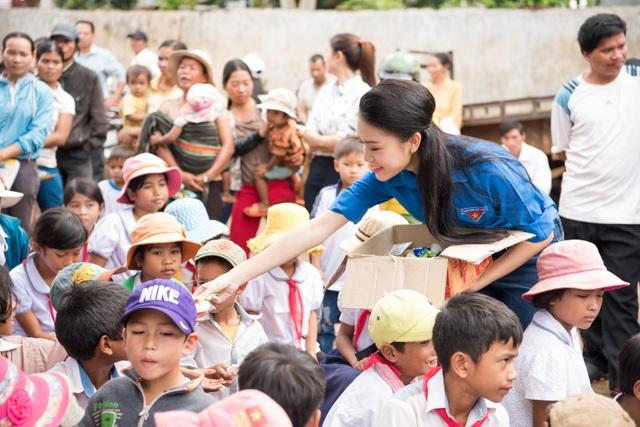 Tặng xe đạp và kẹo bánh cho các em nhỏ trong buôn làng.