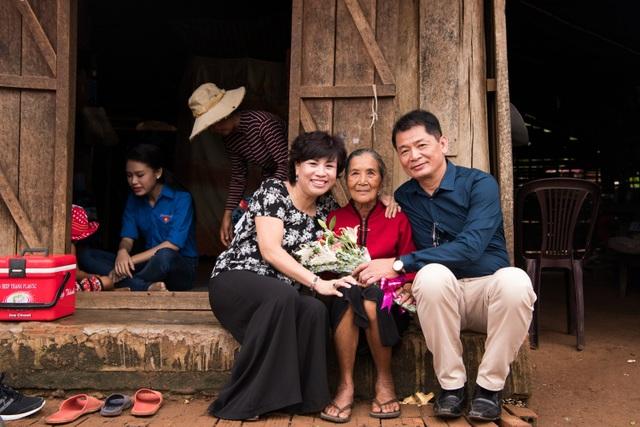 Chung bước với Ngọc Vân trên hành trình thiện nguyện này còn có bố mẹ của cô. Cả hai đã rất vui với những việc làm thiết thực của con gái.