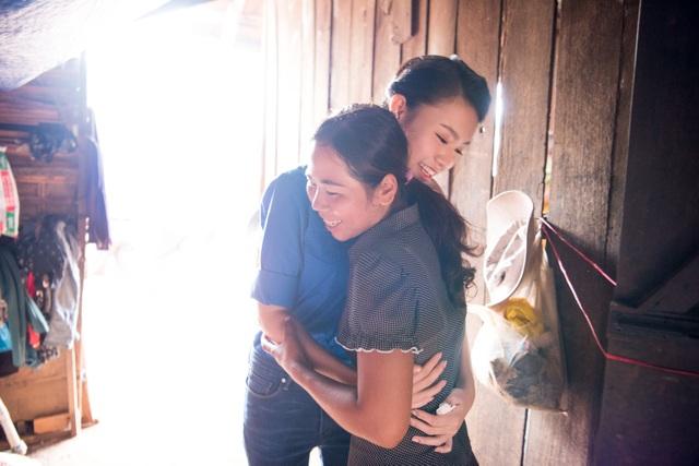 Cái ôm đầy nghĩa tình cho ngày gặp lại và giây phút chia tay.