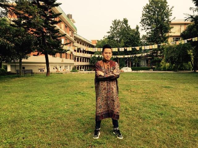 Chụp ảnh kỷ niệm ở một trường đào tạo Phật giáo.