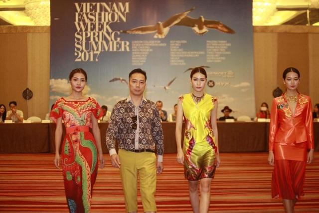 NTK Đỗ Trịnh Hoài Nam giới thiệu các mẫu thiết kế trong hai bộ sưu tập của mình tại buổi họp báo Tuần lễ thời trang Xuân - Hè 2017. Ảnh: NVCC.