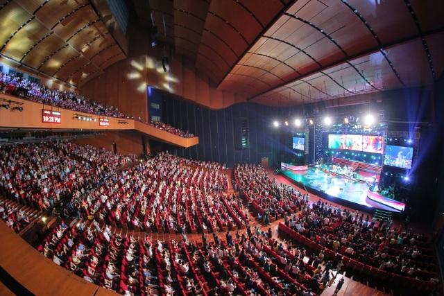 4000 chỗ ngồi trong khán phòng Trung tâm Hội nghị Quốc gia Mỹ Đình chật kín không còn chỗ trống.