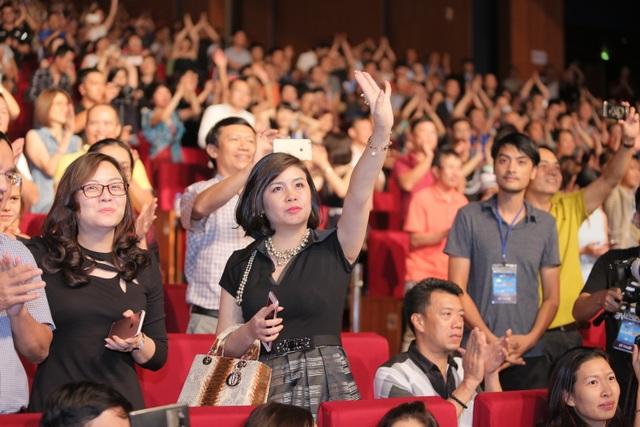 12h đêm, khán giả vẫn đứng nhảy theo giai điệu các bài hát quen thuộc không muốn về.