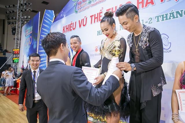 """Bỏ mặc Khánh Thi, Phan Hiển """"đá mắt đưa tình"""" với bạn nhảy mới - 13"""