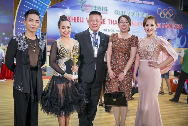 Khánh Thy, Phan Hiển và Vân Diễm chụp ảnh cùng các giám khảo đến từ nước ngoài.