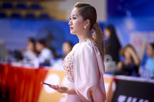 Trong phần thi của Phan Hiển, cô không tham gia chấm thi mà chỉ chăm chú xem ông xã thi đấu và quay lại những khoảnh khắc tại sàn đấu .