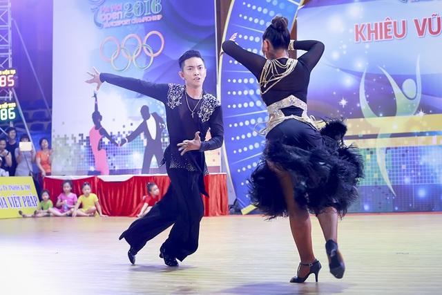 Tại giải đấu này, Phan Hiển và bạn nhảy Vân Diễm đã thể hiện những bước nhảy linh hoạt và đầy kĩ thuật.