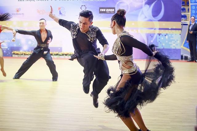 Tại giải đấu lần này cũng có thêm khá nhiều nước tham dự như: Đài Loan, Malaysia, Thái Lan nhưng Phan Hiển vẫn chứng tỏ được trình độ của mình anh dành huy chương vàng khá quan trọng 5 điệu Latinh.