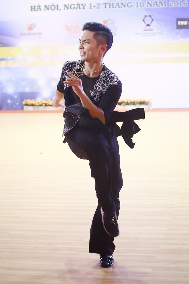 Anh gần như chiếm lĩnh hết cả sàn thi đấu khi bắt đầu nhảy trong tiếng reo hò cổ vũ và thán phục của khán giả .