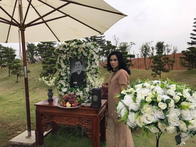 Thanh lam bên mộ nhạc sĩ Thanh Tùng. Ảnh: TLam.