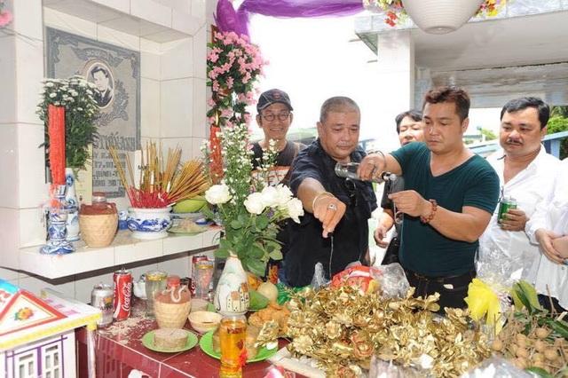 Diễn viên Lý Hùng và Lê Tuấn Anh cũng những người bạn mời nam diễn viên quá cố uống rượu theo cách của mình.