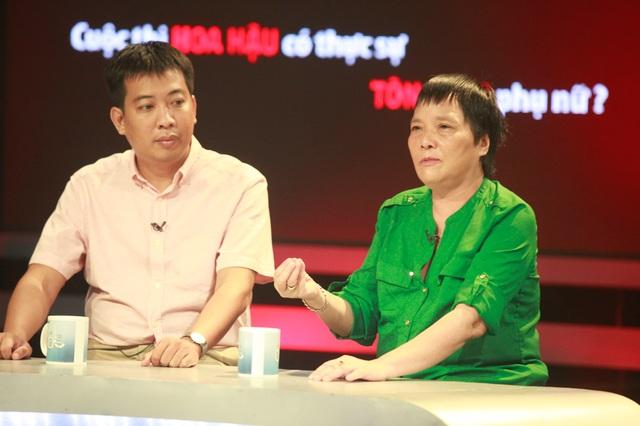 Tiến sĩ Khoa học Đoàn Hương (áo xanh) chia sẻ nhiều quan điểm thẳng thắn về các cuộc thi Hoa hậu tại Việt Nam. Ảnh: T.A.