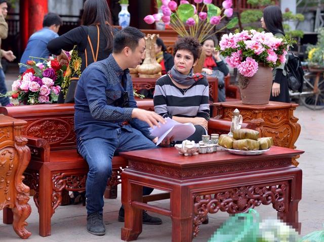 Quang Tú làm việc với NSND Minh Châu trong chương trình Lễ hội Áo dài tổ chức ở Văn Miếu hồi tháng 3/2016. Ảnh: NVCC.