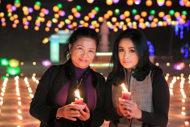 Thanh Lam và mẹ trong lễ Phật Đản. Cả 2 đều diện áo dài. Ảnh: NVCC.