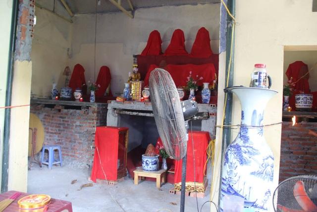 Bên trong am thờ trên Hồ Văn.