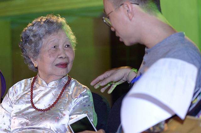 Cụ Sính diện áo dài đến dự họp báo Festival Áo dài Hà Nội tại Hoàng thành Thăng Long.