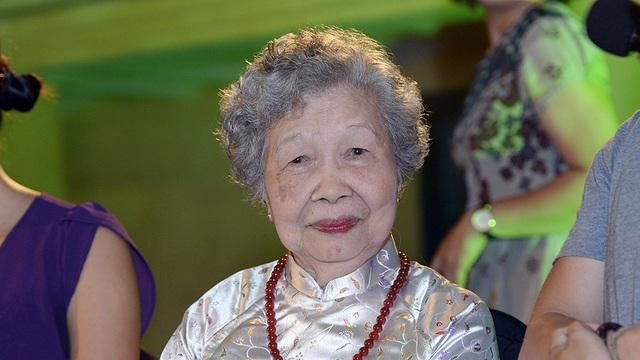 cụ bà Nguyễn Thị Sính dù đã 90 tuổi những vẫn còn khoẻ mạnh và minh mẫn.