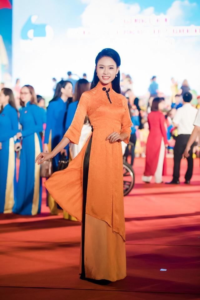 """Bộ áo dài của Ngọc Vân cũng có thiết kế khá lạ mắt với ba tà áo tách biệt nhau ở phía trước, được thiết kế với độ dài ngắn khác nhau, mang lại sự bay bổng và thanh thoát cho người đẹp có học vấn """"khủng"""" nhất cuộc thi Hoa hậu Việt Nam 2016."""