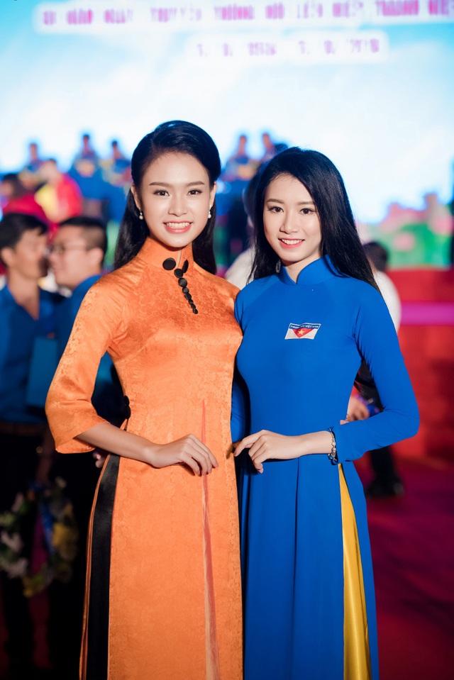 Sở hữu vẻ đẹp trong sáng và thanh lịch, Ngọc Vân rất hợp với áo dài và cô cũng thường lựa chọn trang phục này để tham dự các sự kiện. Tuy nhiên, người đẹp cũng thử nghiệm nhiều phong cách áo dài khác nhau để tránh mang lại sự nhàm chán.