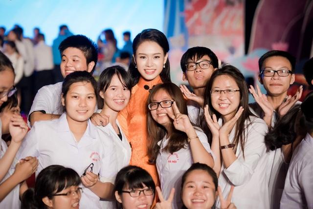 Ngay khi kết thúc chương trình, cô nhận được rất nhiều lời đề nghị chụp ảnh lưu niệm của các bạn trẻ. Chính sự thân thiện và nhiệt tình của Ngọc Vân đã khiến không khí trở nên gần gũi và náo nhiệt hơn khi chỉ một lúc sau cô bị bao vây bởi hàng chục bạn trẻ.