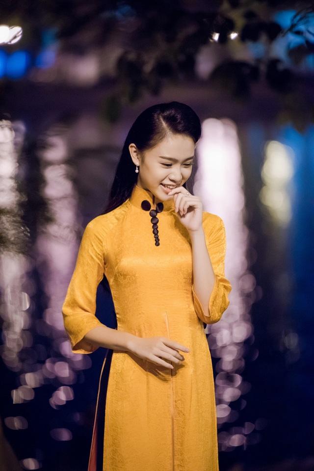 Là một trong những đại diện của tầng lớp thanh niên trẻ được tham gia sự kiện, Ngọc Vân đã chuẩn bị rất kỹ càng cho sự kiện quan trọng này. Cô lựa chọn bộ áo dài với gam màu cam độc đáo và lạ mắt khiến người đẹp nổi bật giữa rất nhiều đại biểu tham gia sự kiện tối qua.