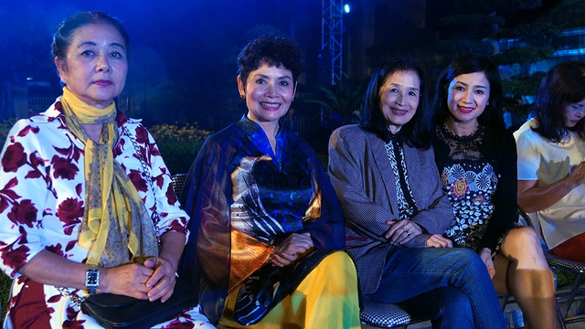 Các nghệ sĩ ngồi chờ đợi đến lượt biểu diễn áo dài. Từ trái qua: NSƯT Thanh Loan, NSND Minh Châu, NSND Trà Giang, NSƯT Thu Hà.