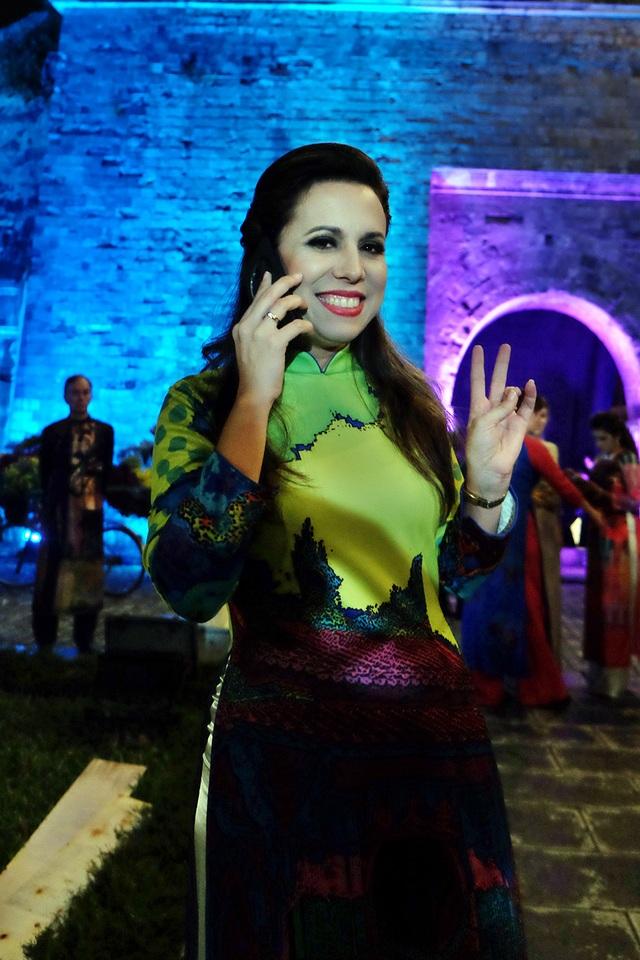 Đại sứ Thuỵ Sĩ chia sẻ rất yêu tà áo dài Việt Nam. Bà hài lòng với bộ áo dài đang mặc được trình diễn trong tối 14/10.