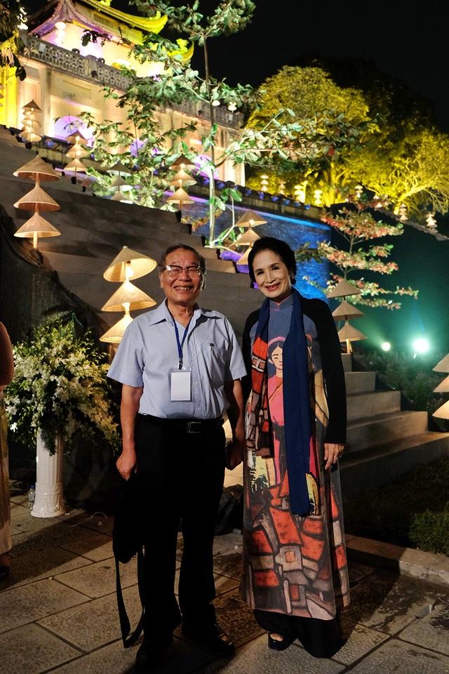 NSND Trà Giang chụp ảnh cùng đại diện BTC trước giờ bước vào chương trình.