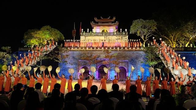 Mở màn đêm khai mạc là hình ảnh 200 người mẫu mặc đồng phục áo dài vẫy nón lá chào khán giả.